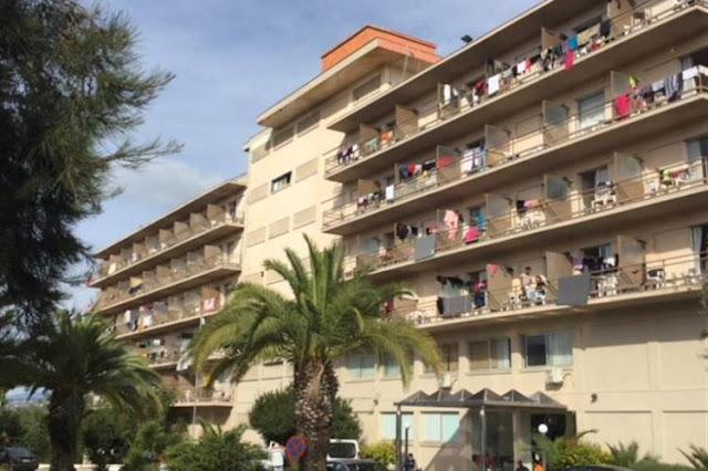 Κλιμάκιο της Λαϊκής Συσπείρωσης στο ξενοδοχείο που φιλοξενούνται μετανάστες στο Πόρτο Χέλι