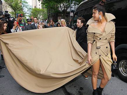 Priyanka Chopra Came to the Red Carpet Wearing A Trench Coat