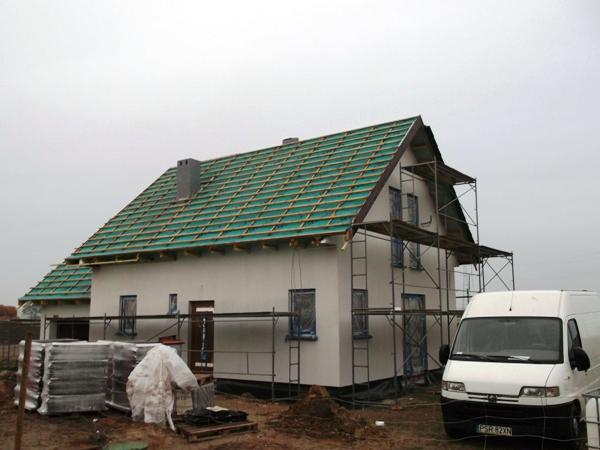 Dom energooszczędny drewniany na etapie budowy - tynkowanie