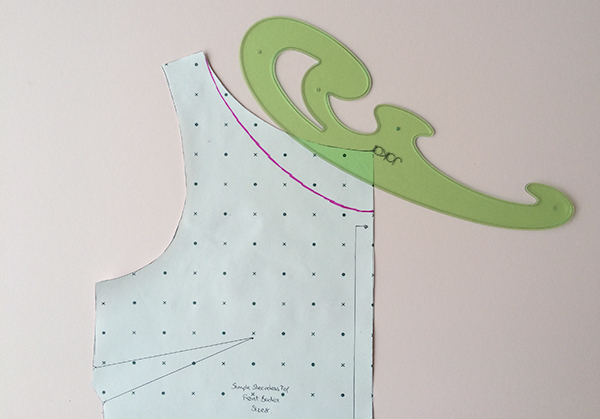 Dùng thước cong để vẽ đường viền cổ áo