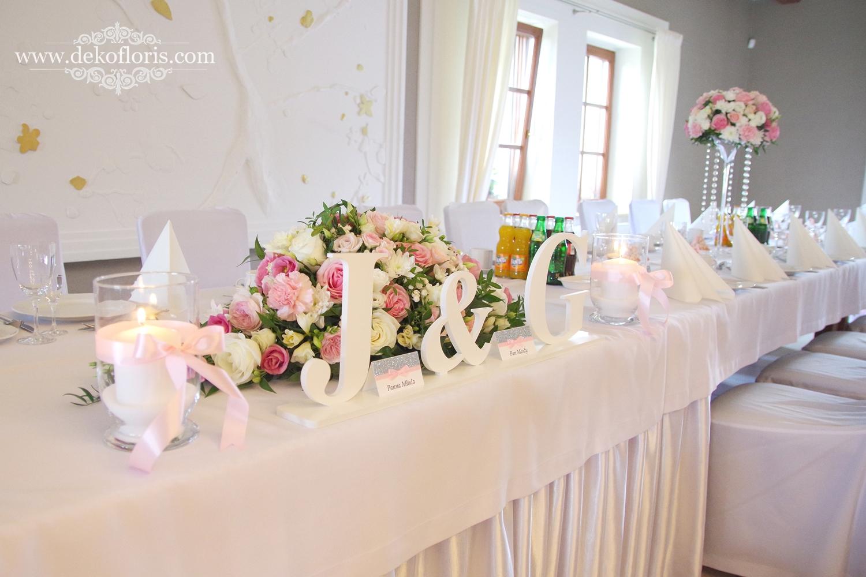 stół główny Różowe dekoracje kwiatowe na weselu w Markus Kolonowskie