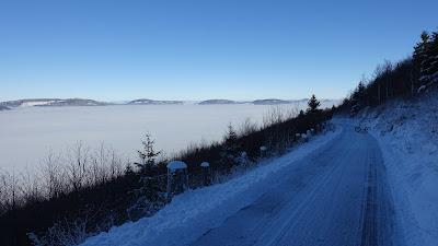 Hellchöpfli-Strasse mit Nebelmeer und Bike