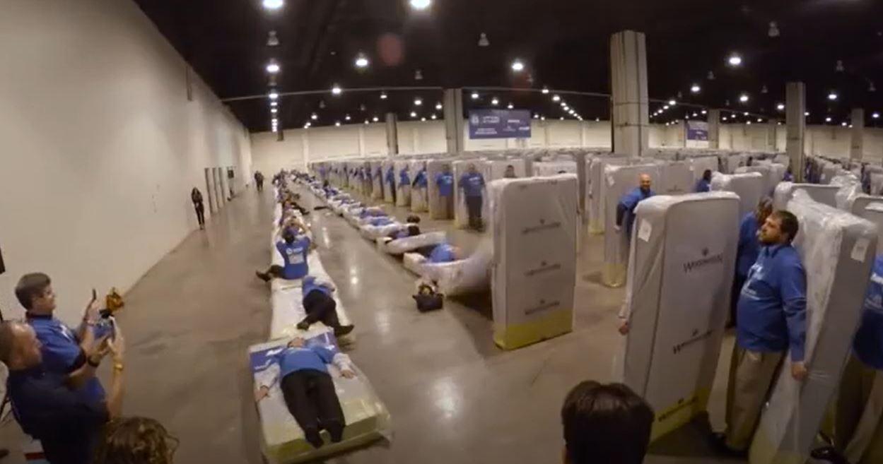 record domino humain matelas