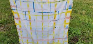 Taiteltu kangas on laitettu levyjen väliin ja upotettiin eri väriliemiin.