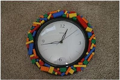 10. Jam dinding unik terbuat dari lego