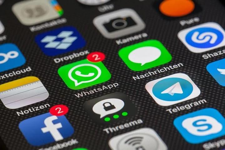 Tampilan aplikasi whatsapp dan facebook