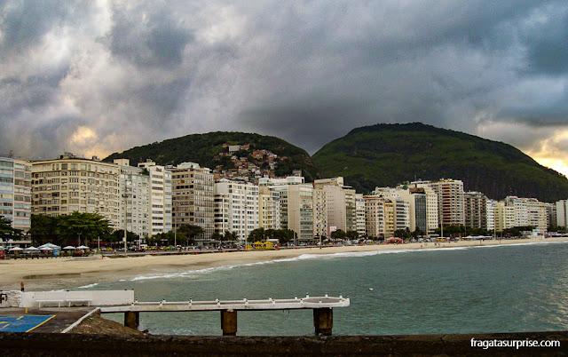 A Avenida Atlântica vista da mureta do Forte de Copacabana