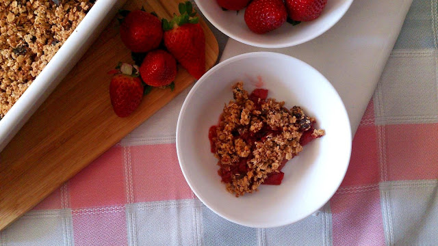 crumble fresas moras zarzamoras avena almendras dátiles lorraine pascale healthy fit desayuno merienda postre horno