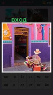 мужчина с покупками проходит мимо входа в очередной магазин