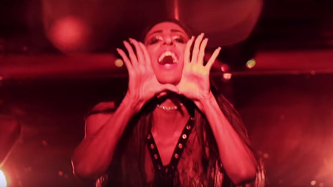 """A música ganhou uma nova versão, com a inclusão do seu marcante """"raaaan"""" e, no videoclipe, ela até repetiu o gesto icônico de """"Chifrudo""""."""