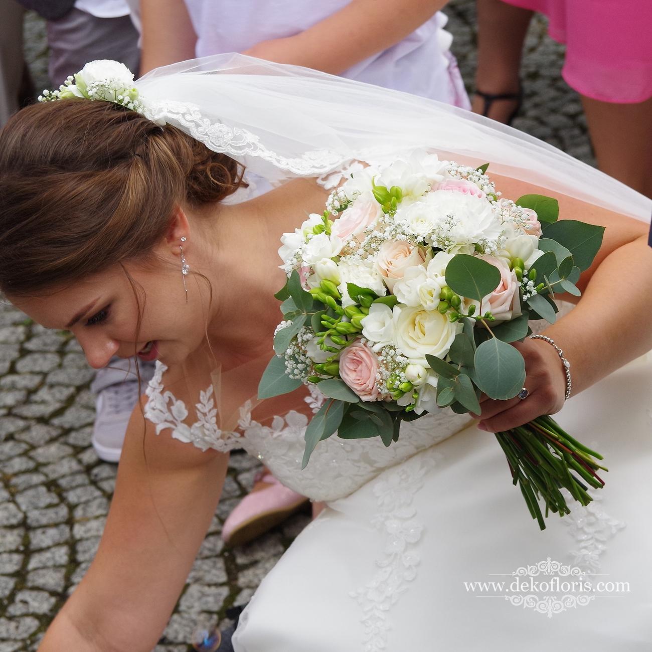 Wymarzony bukiet ślubny Panny Młodej w kolorze pudrowego różu z bielą