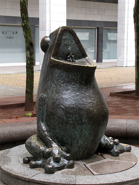 Frog-shaped drinking fountain by Claude Torricini, Esplanade du Général de Gaulle, La Défense, Paris