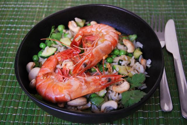 Riz sauté aux petits pois, courgettes et crevettes