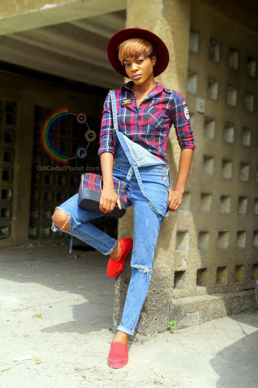 ANDROGYNOUS LOOK IN DENIM OVERALL