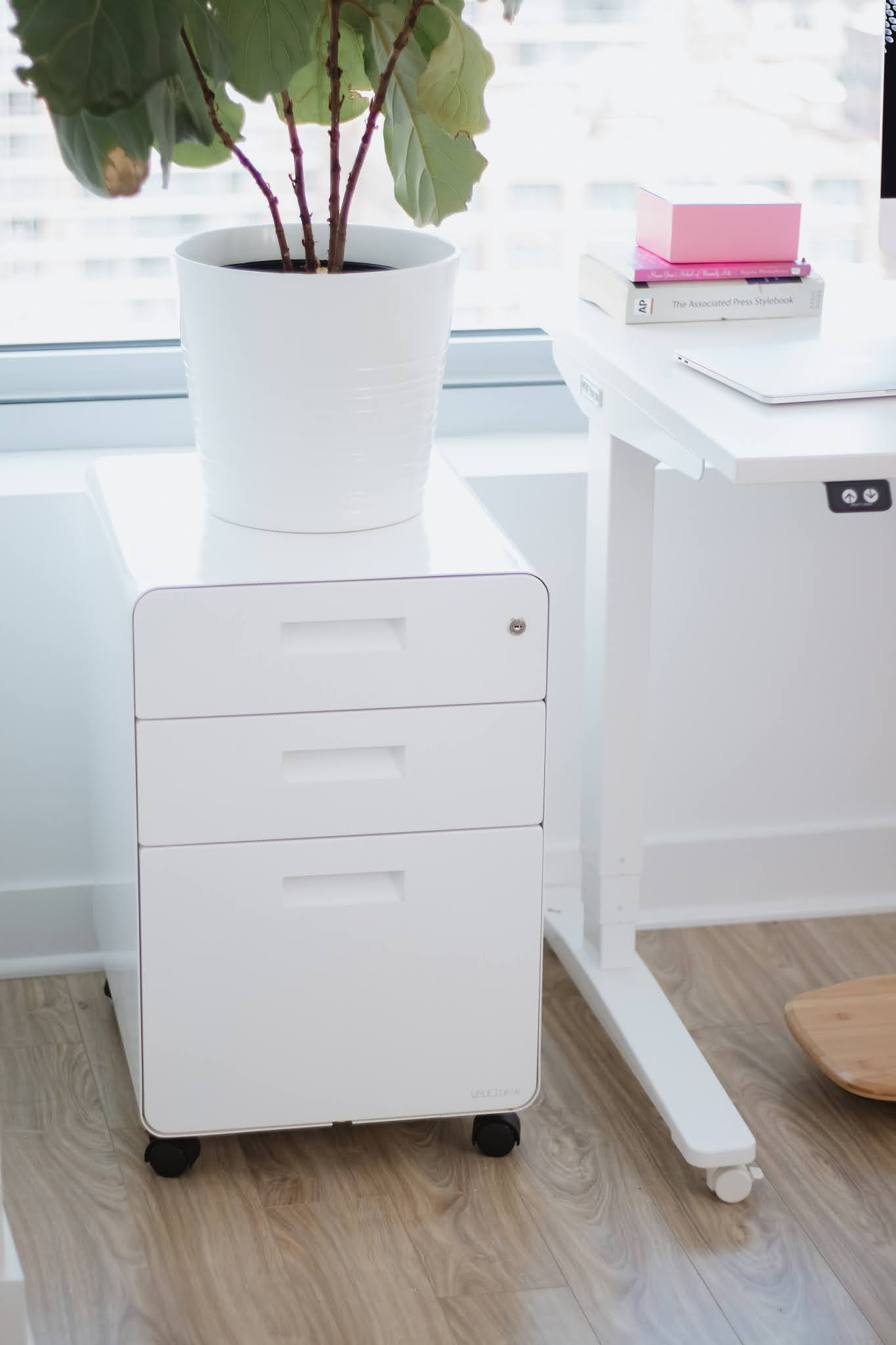 Natalie in the City reviews the best electric standing desk 2021 for the home office.