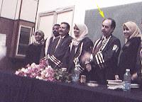 "<img src=""imagen dr-moreira.jpg"" alt=""width = ""189"" height ""253"" border = ""0"" alt = ""Presidiendo tribunal en Yemen."">"