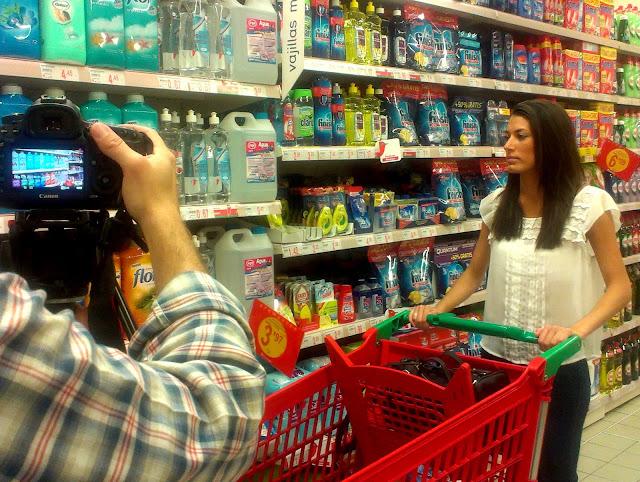 Rodaje con modelo en un supermercado