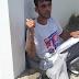Pai desesperado se acorrenta na Porta da 9ª Gerência Regional de Saúde de Cajazeiras para clamar aparelho que custa 900 reais.