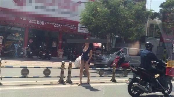 Cô gái hồn nhiên vén váy sang đường làm lộ vùng kín không mặc nội y