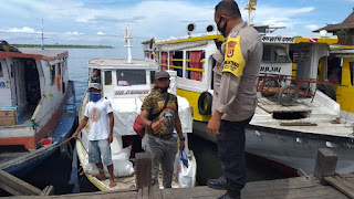 Sambangi Warga, Bhabinkamtibmas Barrang Caddi Imbau Terapkan Prokes di Pilkada