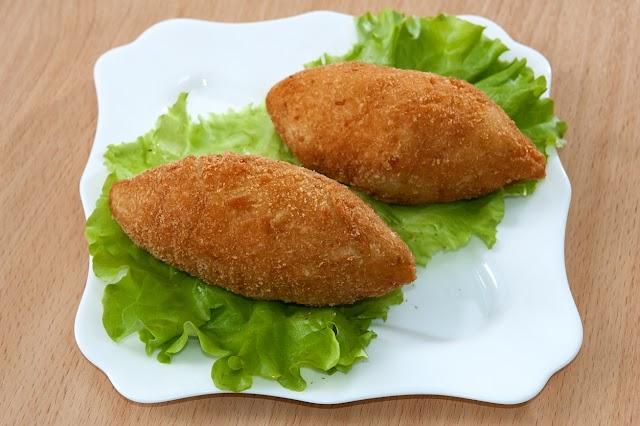 Zöldséges-sajtos göngyölt csirkemell: ropogós bundában a legfinomabb