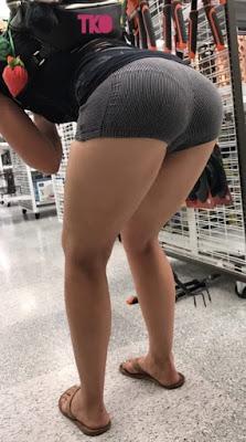 Bonita mujer nalgona shorts apretados tanga marcada