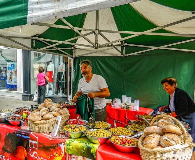 produtos artesanais no mercado de rua de High Street, Winchester, Inglaterra