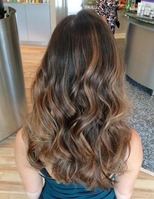 Perfecto para una chica que le gusta un look de cabello desordenado y disfruta experimentando con ideas de color de pelo, este desordenado balayage Rubio