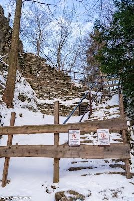 Wejście za Zamek Pieniny; niestety, ze względu na fatalny stan ruin od 2019 r. zwiedzanie zamku jest niemożliwe