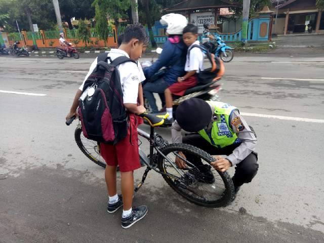 Ada yang Mendapat Pujian Lantaran Suka Membantu, Ada Juga Oknum Polisi yang Menangis Seperti Anak Kecil