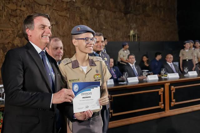 Bolsonaro entrega medalhas de Olimpíada da Matemática em Manaus