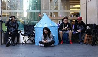 Διαβάστε γιατί οι άνθρωποι περιμένουν στην ουρά για το iPhone7 και θα αλλάξετε σίγουρα επάγγελμα