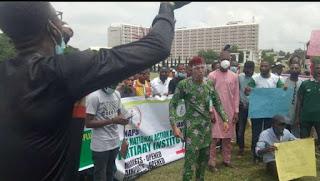 Nigerian students protesting school closure