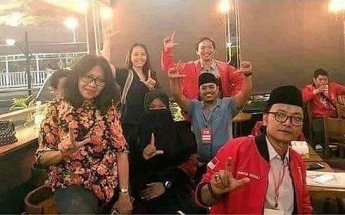 Foto Salam 2 Jari PSI, Guntur Romli: Lanjutkan 2 Periode! Bukan Dukung Prabowo-Sandi