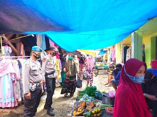 Kapolsek Cendana Polres Enrekang Bersama Personilnya Memantau Protokol Kesehatan Ke Pengunjung Pasar Kabere