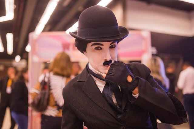 Personagem do Chaplin interagindo durante a recepção com os convidados do evento de inauguração Spaces Cinelândia no Rio de Janeiro.