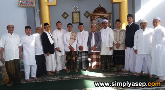 FOTO BERSAMA : Jamaah masjid  Babussalam Duta Bandara Kubu Raya berfoto bersama Ustaz  Ridhawansyah A Rachman Rabu (5 Juni 2019) atau 1 Syawal 1440 Hijriah begitu selesai pelaksanaan Sholat Id.  Foto Asep Haryono