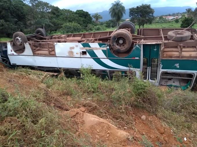 Ônibus desgovernado atinge moto e mata duas pessoas em Carnaíba de Pindobaçu
