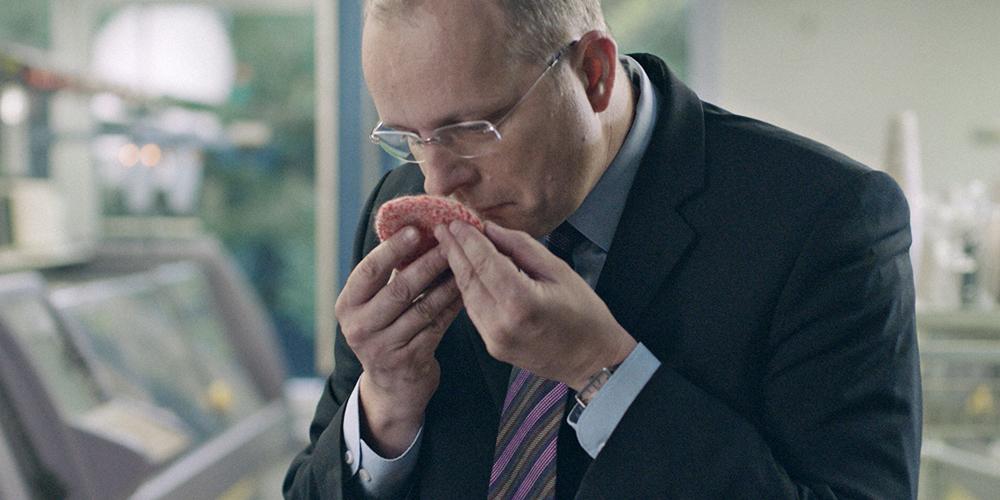 Ein Mann, Herr Beef, riecht an einem Beef Pattie welches für McDonalds als Zulieferer hergestellt wird