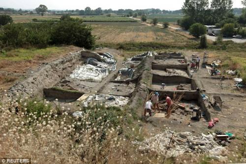Βουλγαρία: Μια μικροσκοπική χάντρα που βρέθηκε σε προϊστορικό οικισμό είναι ίσως το αρχαιότερο χρυσό τεχνούργημα του κόσμου