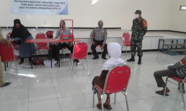 Babinsa Koramil Ceper Dan Bhabinkamtibmas Kawal Penyaluran Bantuan Sosial Tunai