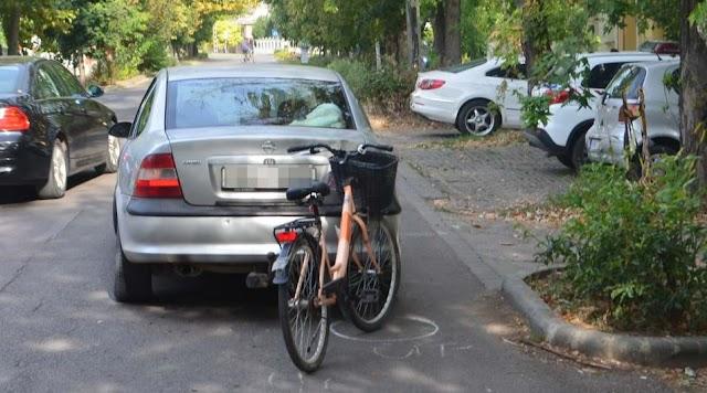 Kerékpárosnak tolatott egy autó Mezőtúron