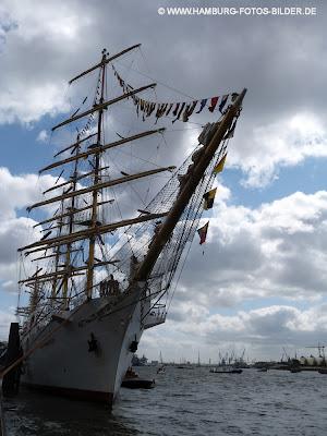 Segelschiff, Windjammer, Dar Mlodziezy, an den Landungsbrücken in Hamburg, Frontansicht, Bug