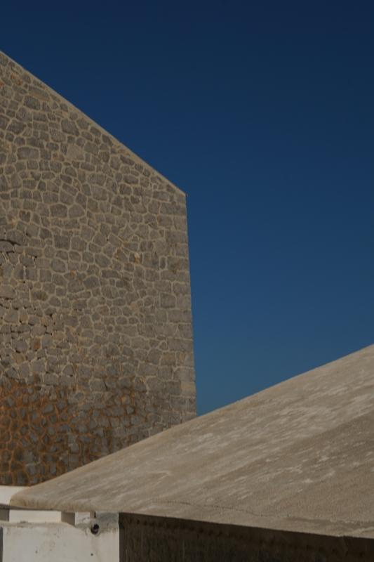 Blog + Fotografie by it's me! - Ses Salines, Ibiza - knallblauer Himmel zwischen Hauswänden