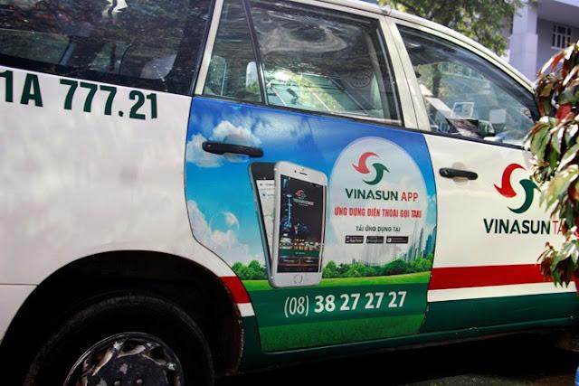 Dán Decal quảng cáo trên cánh cựa sau xe Taxvi Vinasun