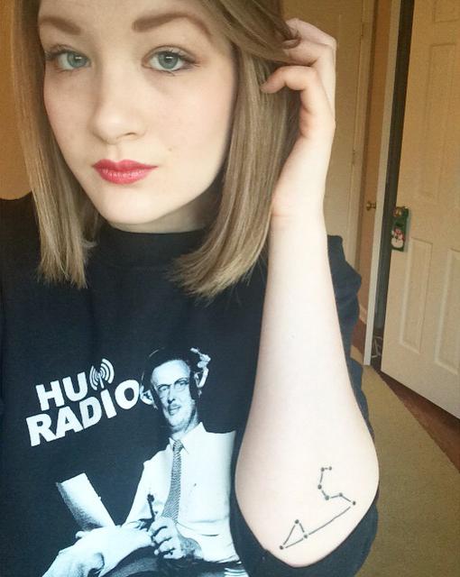 chica rusa con tatuaje de la constelación de leo en el antebrazo