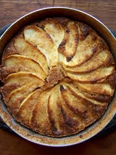 Torta di briciole di biscotti, mele e prugne secche