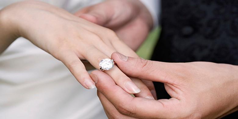 Kenapa cincin pernikahan selalu dipakai di jari manis?