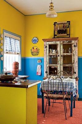 Cozinha rústica com azul e amarelo vibrante