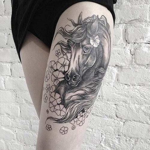 kadın üst bacak at dövmesi woman thigh horse tattoo